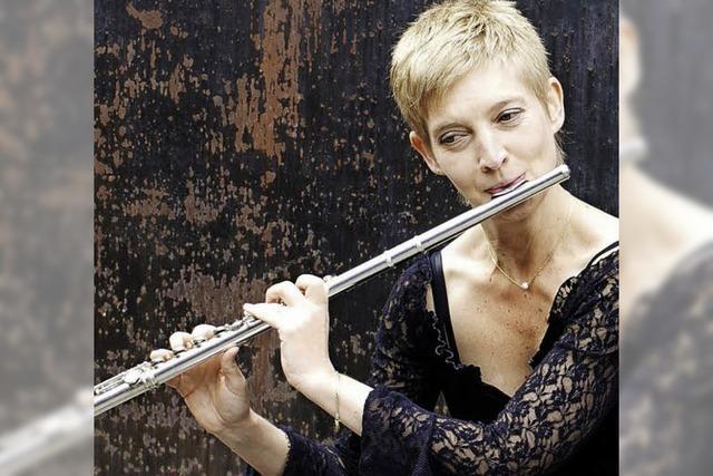 Flötistin Isabelle Schnöller spielt im Tuniberghaus