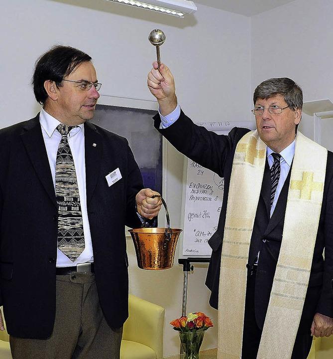 Segnung: Diözesan-Caritas-Direktor Mon...s Akademie, Markus Durchardt (links).   | Foto: kunz