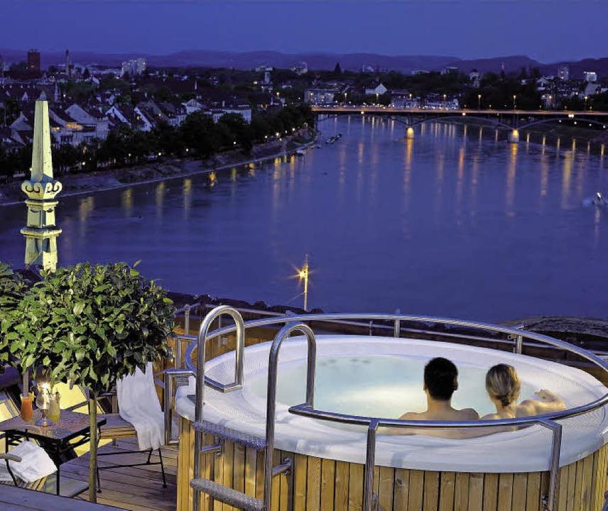 Blick aus dem Whirlpool, 4500 Franken kostet die Suite.  | Foto: Hotel Les Trois Rois