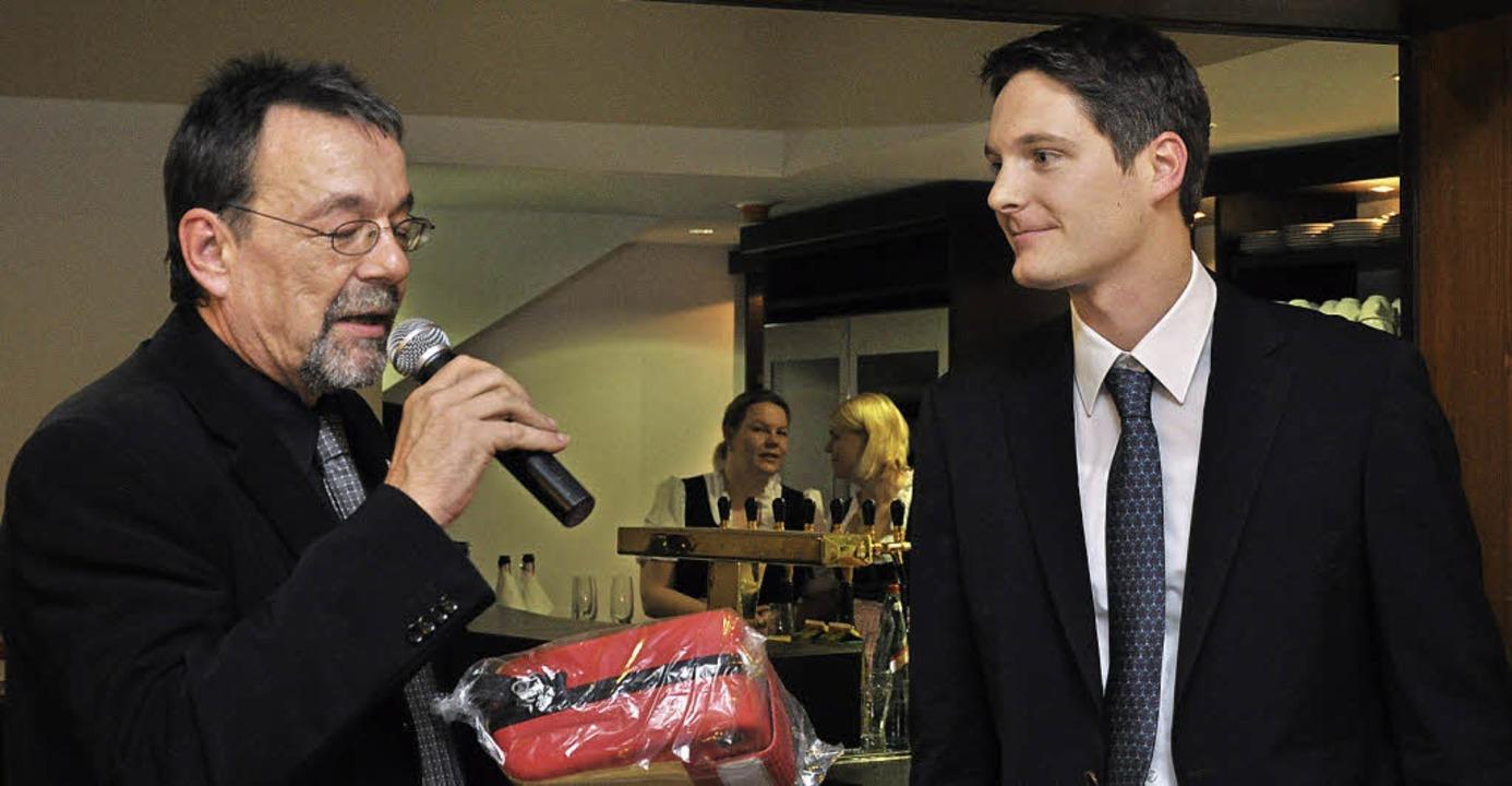 Ein Defibrillator für Ihringen überrei...Spende  an Bürgermeister Martin Obert.  | Foto: kai krichelorff