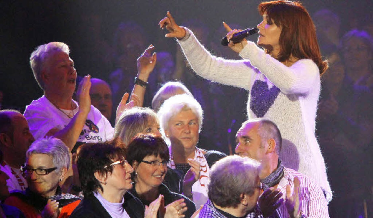 Andrea Berg dirigiert den Chor ihrer Fans in der Baden-Arena.   | Foto: Peter Heck