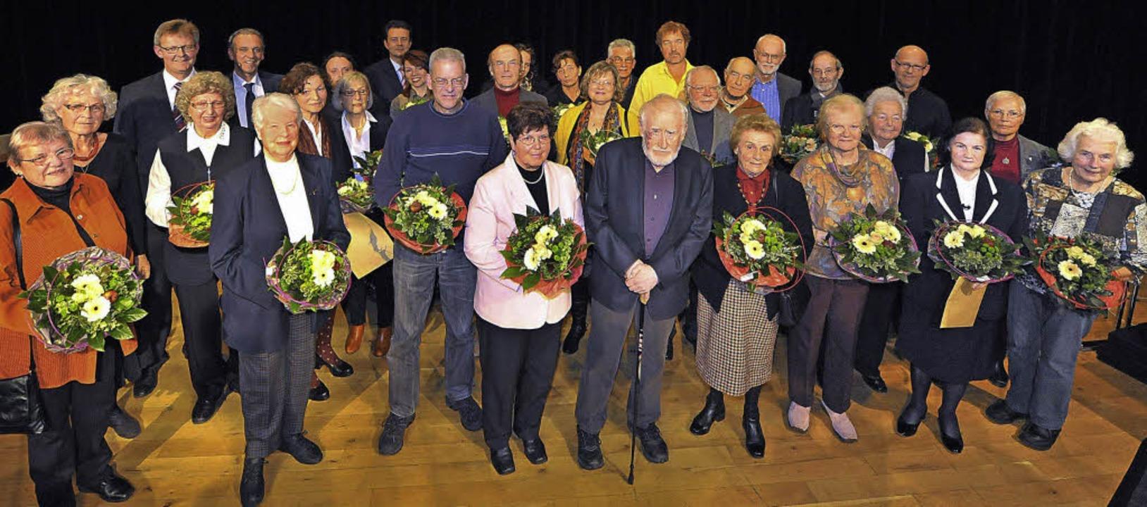 Bürgermeister Ulrich von Kirchbach (3....ger für ihr ehrenamtliches Engagement.  | Foto: michael Bamberger