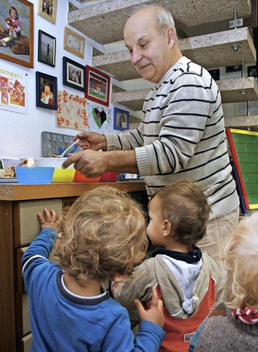 """Tagesvater Yusuf Cavak bei der """"...agessen mit seinen Schützlingen nennt.    Foto: Friederike Marx-Kohlstädt"""