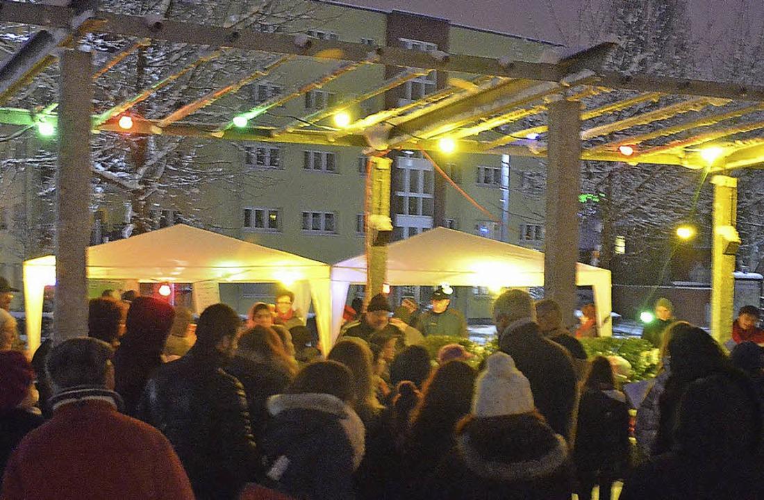 Bunt erleuchtet war der Hüninger Platz beim Adventssingen.    Foto: Steineck