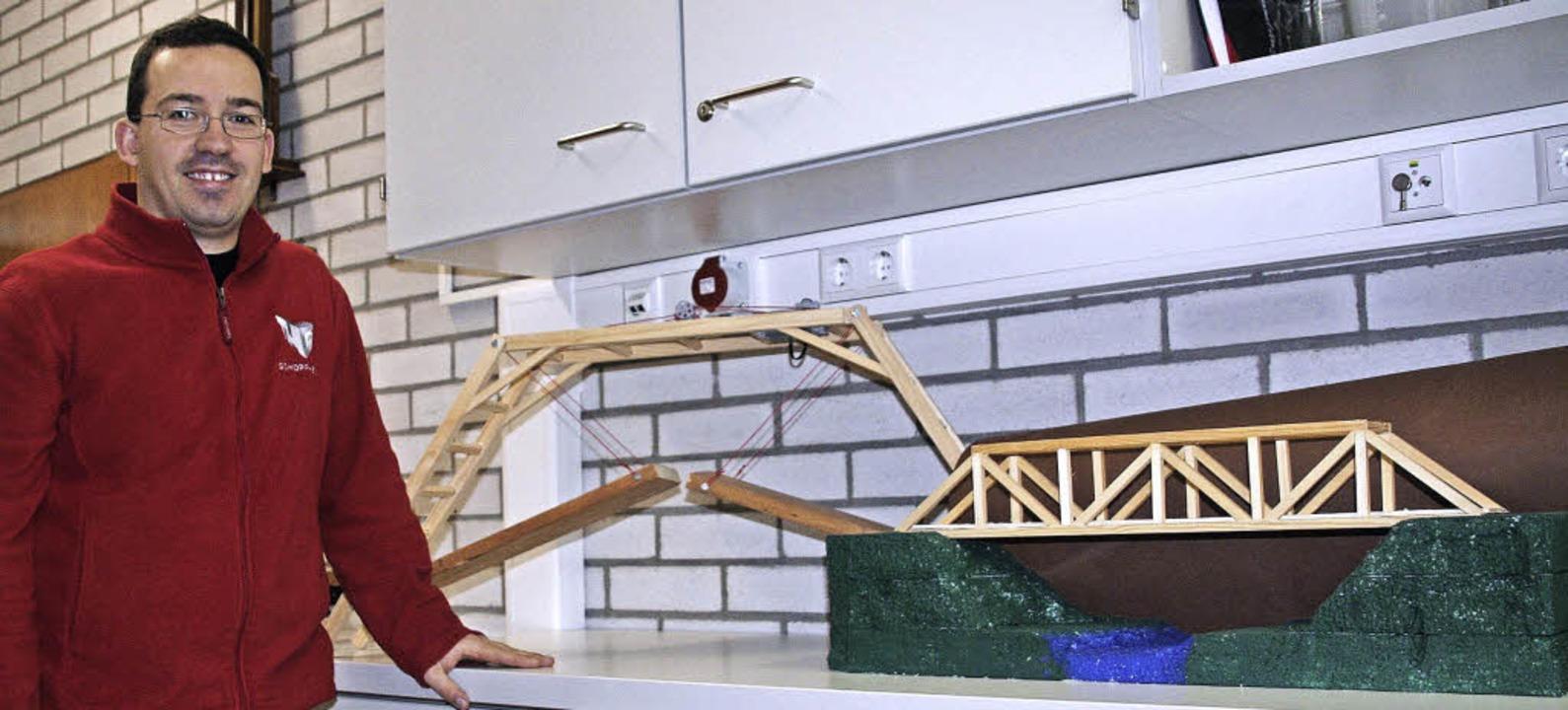 Brückenbauer: Lehrer Christian Jost ve...reits im Unterricht entstanden sind.      Foto: Marlies Jung-Knoblich/Privat