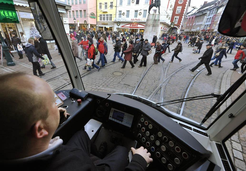 Bremsen, klingeln, aufpassen: Am Berto...unnen ist volle Konzentration gefragt     Foto: Michael Bamberger