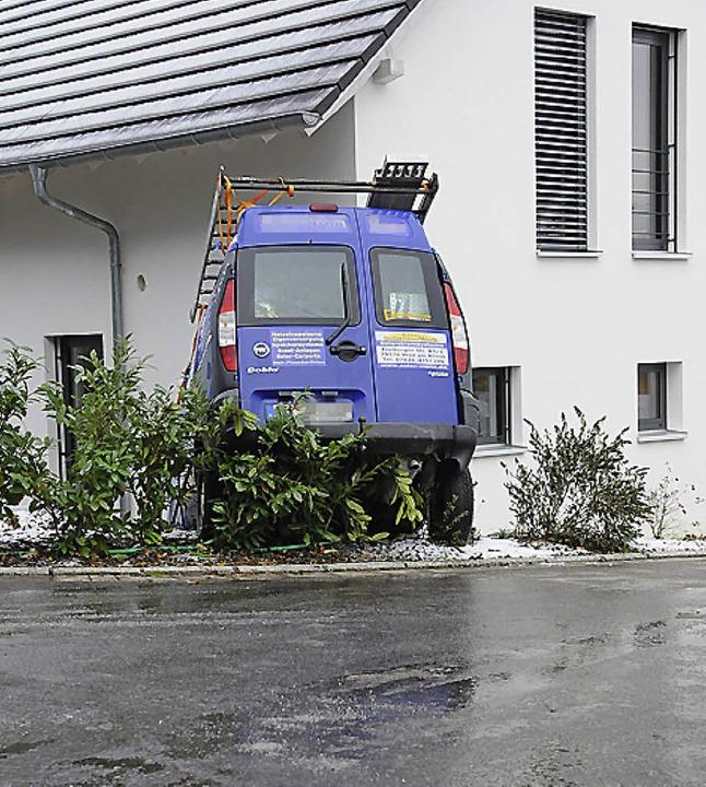Ab in den Vorgarten ging's für einen Handwerker am Samstag in Müllheim.   | Foto: Robert Bergmann