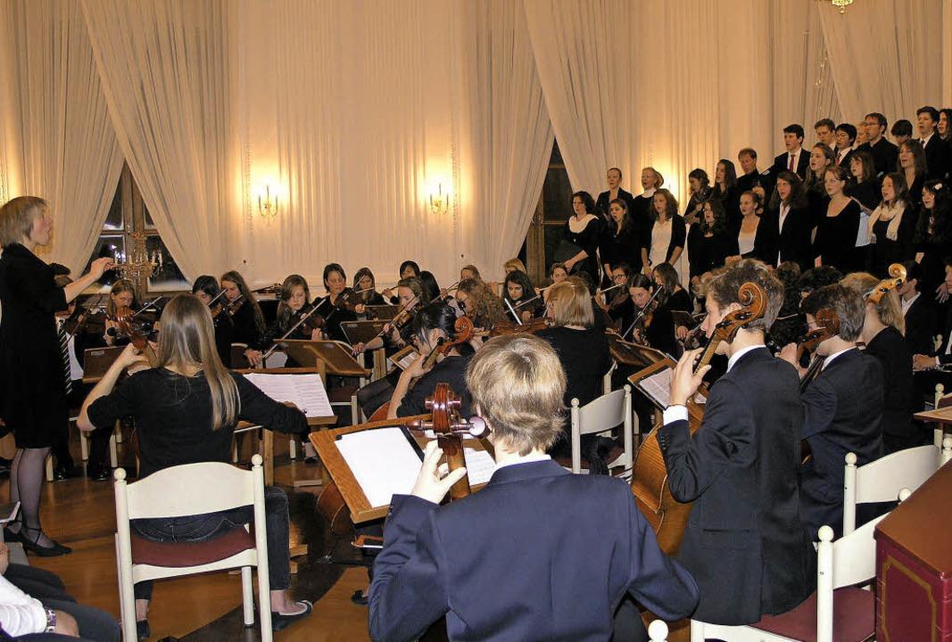 Kollegsorchester und -chor stehen unte...asien zu musikalischer Höchstleistung.  | Foto: Margrit Matyscak
