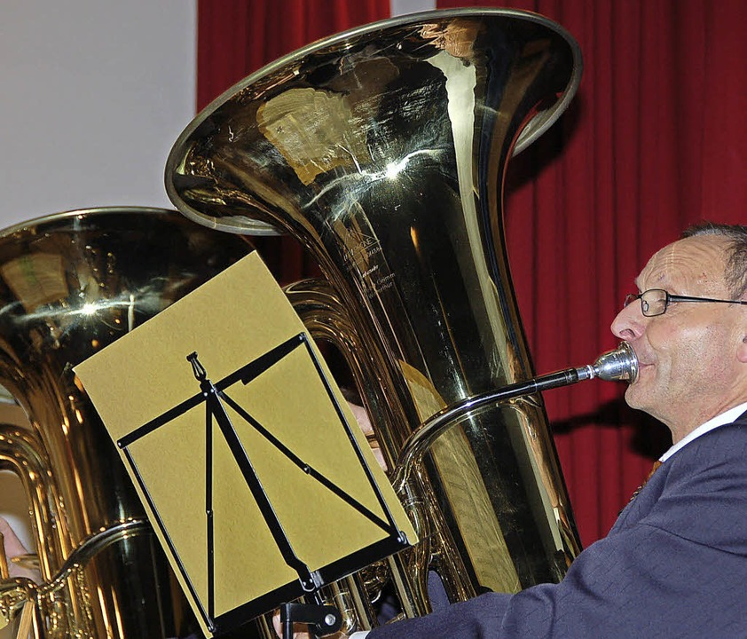 Die Musikgesellschaft Hallau unter der... in die Herzen der Blasmusikliebhaber.    Foto: Binner-Schwarz