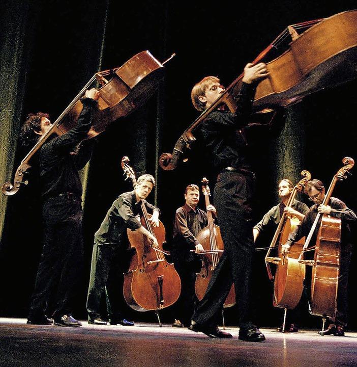 Die Musiker stellen mit ihren Instrumenten Sonderbares an.   | Foto: Bengt Vanselius