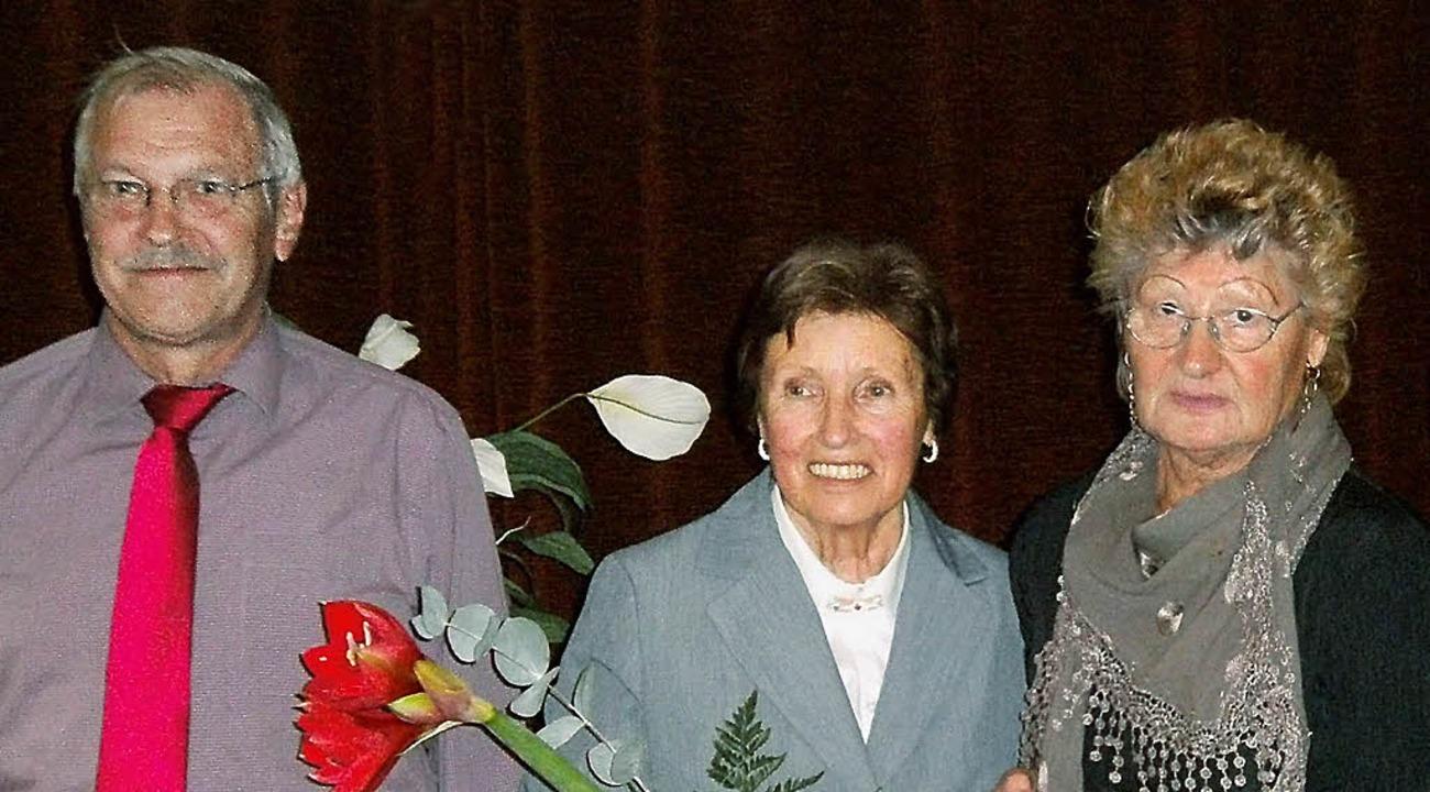 Raimund Jäger und Gisela Jäger wurden ...ia Klem (Vorsitzende, rechts) geehrt.   | Foto: Dieter Fink