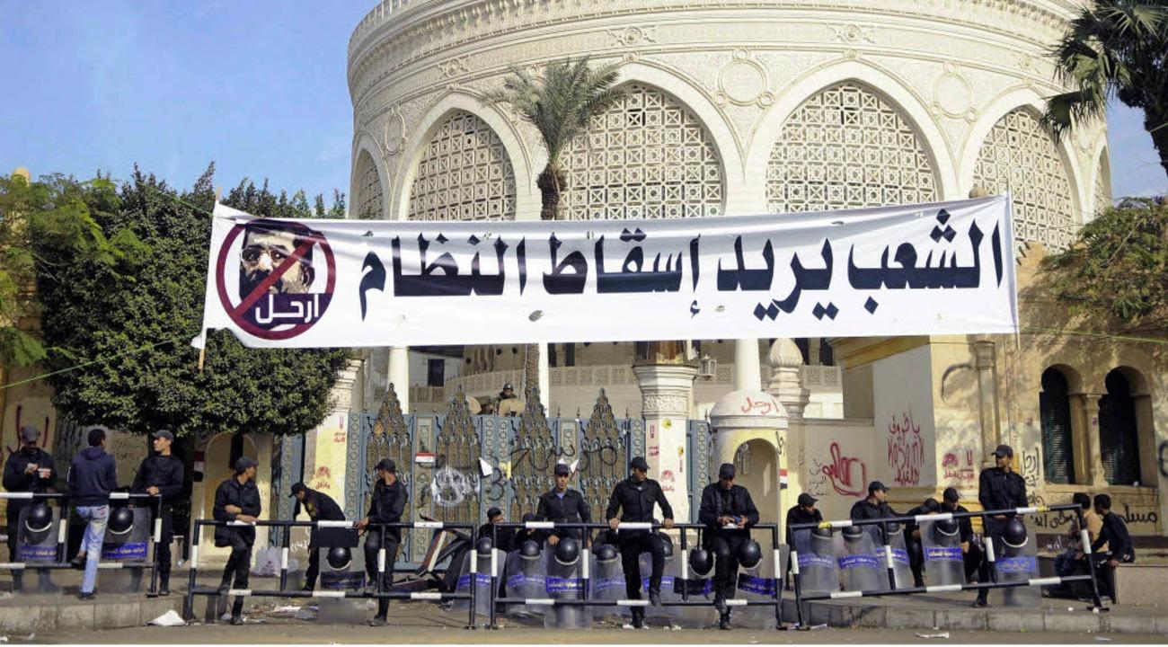 """Sicherheitskräfte stehen in Kairo unte... Volk will das Regime absetzen.""""    Foto: dpa"""