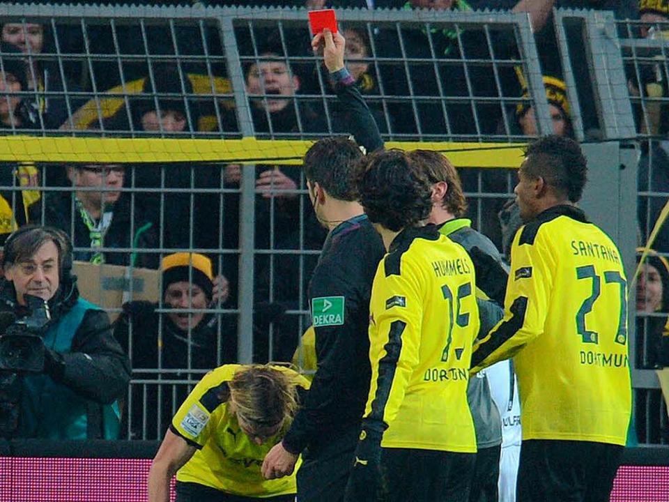 Die Rote Karte gegen Marcel Schmelzer war eine Fehlentscheidung.  | Foto: AFP