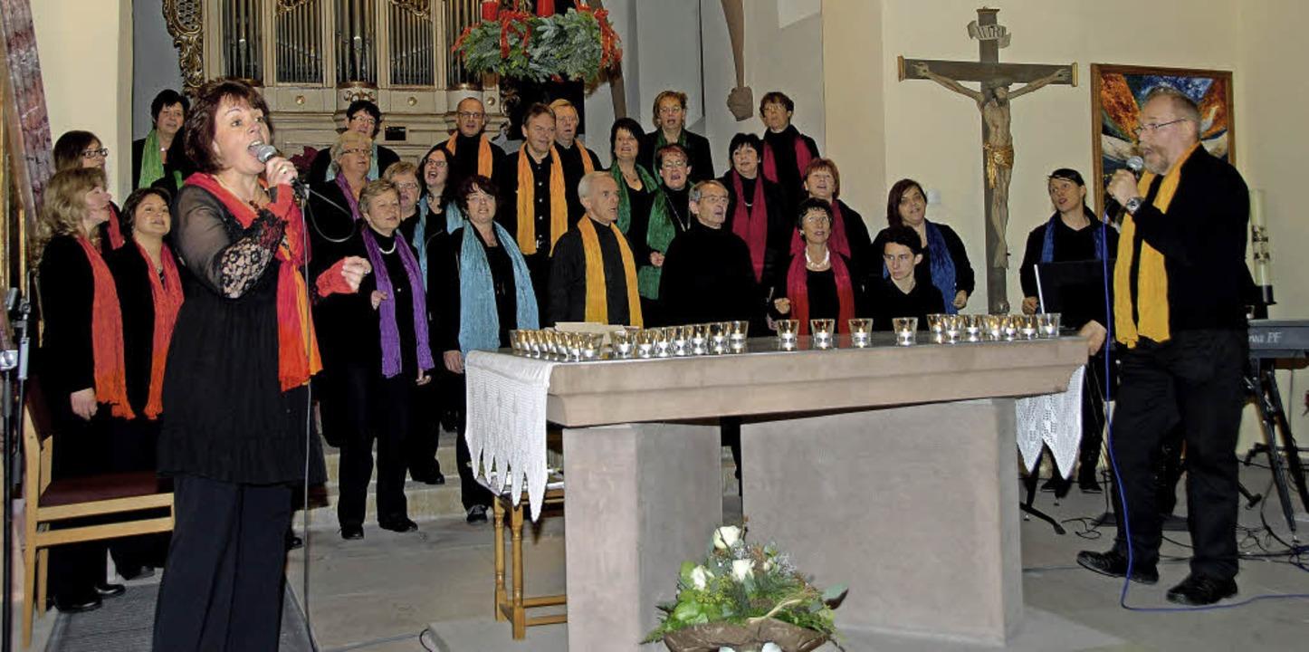 Chorleiterin Maria Christ (links) und ...m Konzert in der Leiselheimer Kirche.   | Foto: Roland Vitt
