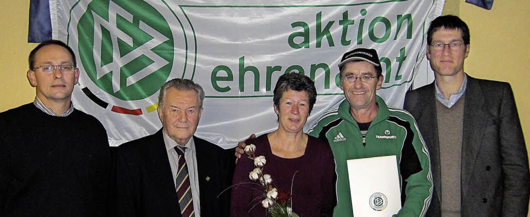 Auszeichnung fürs Engagement im Ehrena...hepaar Buttenmüller und Jochen Paleit   | Foto: Verein