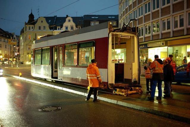 Schienenschleifer bleibt liegen – Tram bricht teilweise auseinander