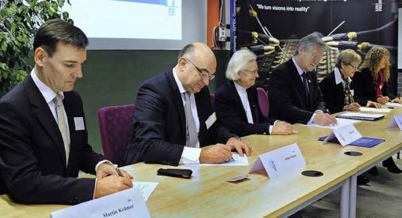 Die Namensprofessur wird besiegelt (vo...e Sick-Glaser und Dorothea Sick-Thies.  | Foto: thomas kunz