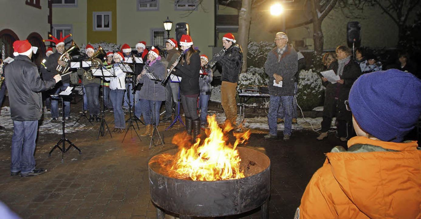 Rund um das Feuer versammeln sich die Kippenheimer jeden Freitag im Advent.   | Foto: Heidi Fössel