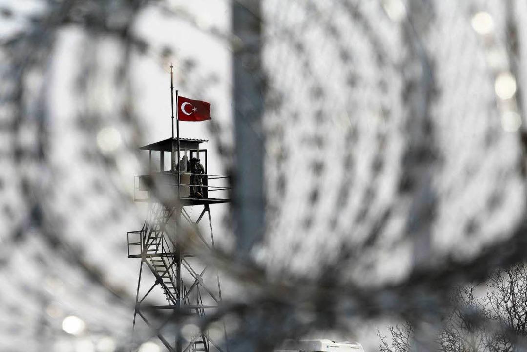 Martialisch ausgerüstet und stark gesi...zwischen Griechenland und der Türkei      Foto: DPA