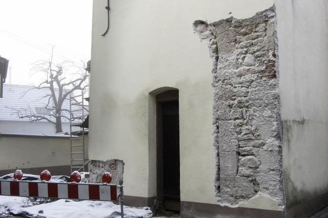 Statiker prüft Fundament und Rundbögen der Kirche