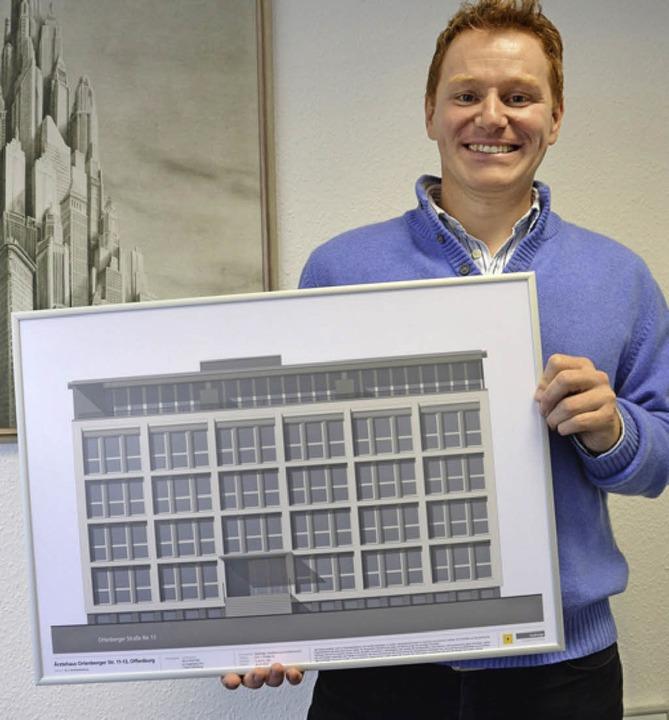 Bauherr und Bauunternehmer Nico Wacker...daneben entsteht eine Seniorenresidenz  | Foto: Ralf Burgmaier