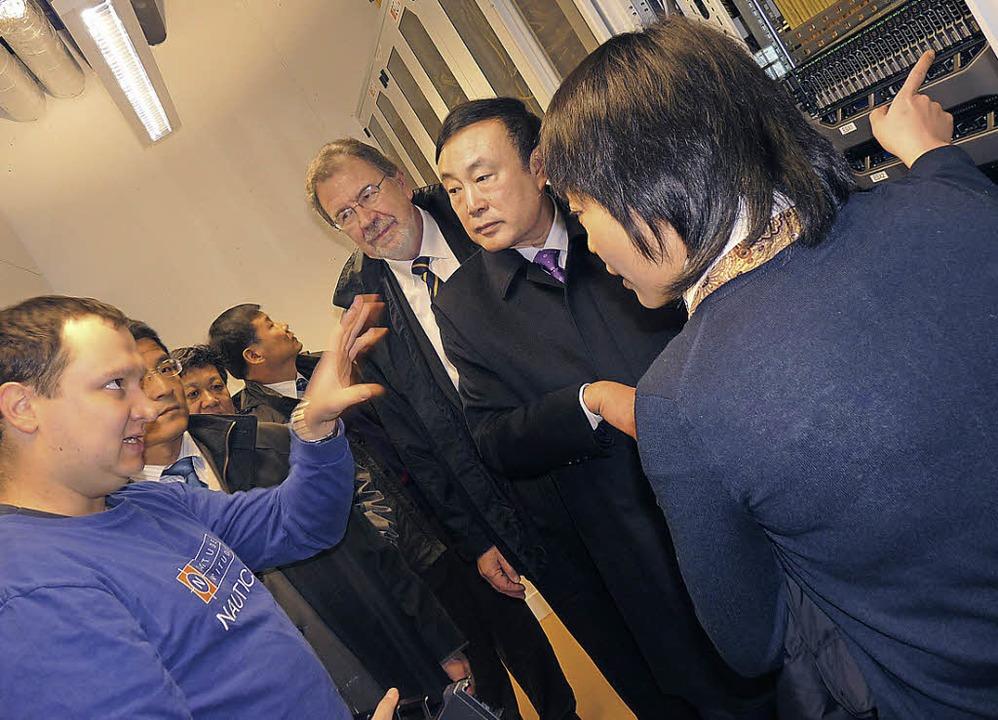 Dirk Roland (links), Mitarbeiter des R... China das Rechenzentrum der DHBW vor.  | Foto: Claudia Gabler