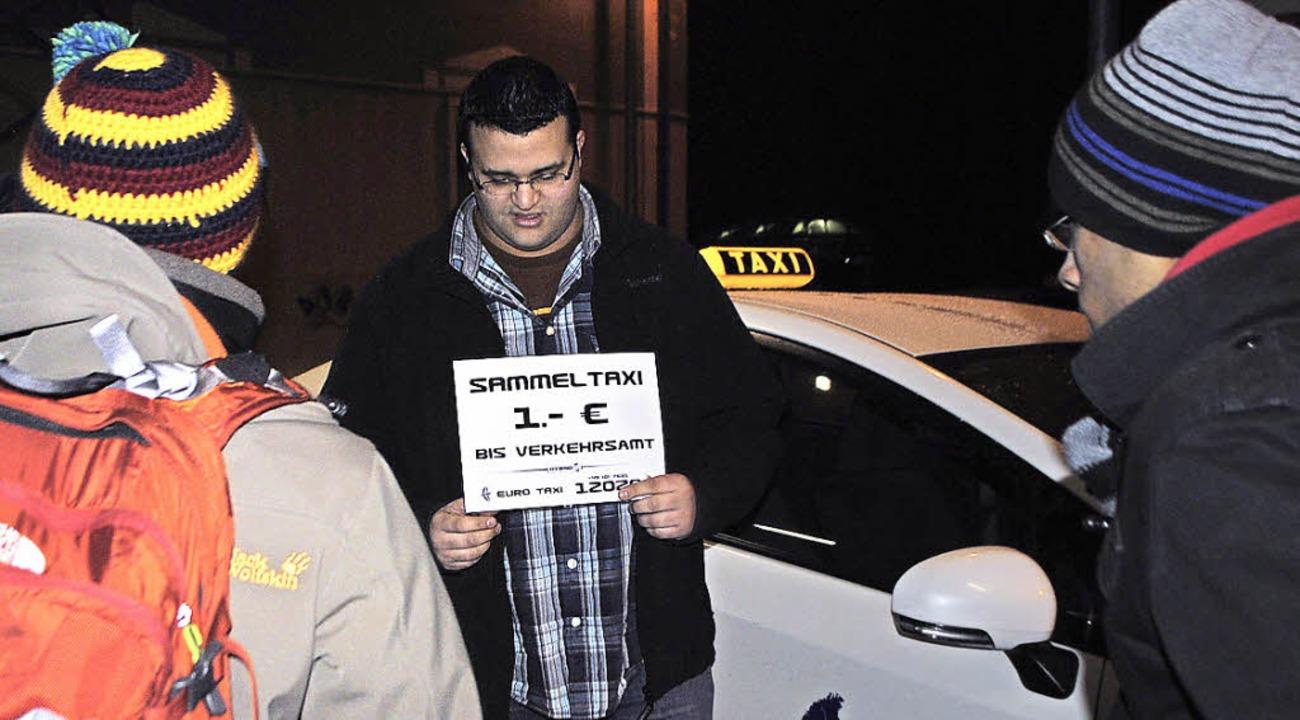 Taxifahrer Sofian Khanchouch im Gespräch mit Fahrgästen   | Foto: Ehrlich