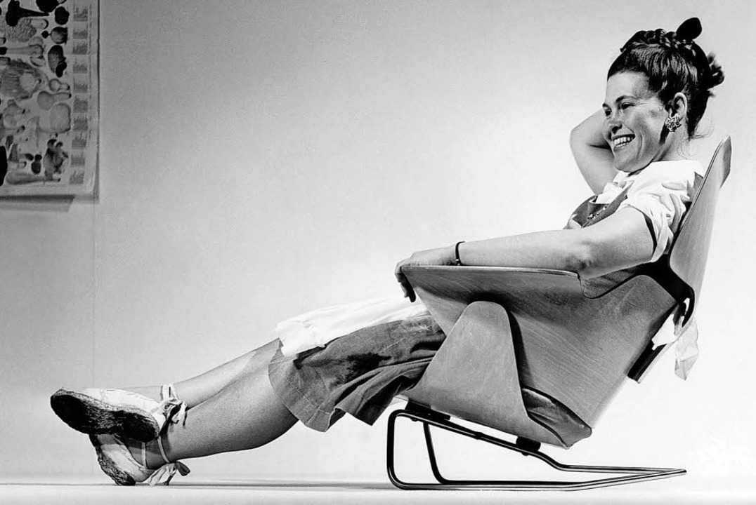 Ray Eames probiert 1946  eine experimentelle Stuhlkonstruktion aus.    | Foto: Eames Office