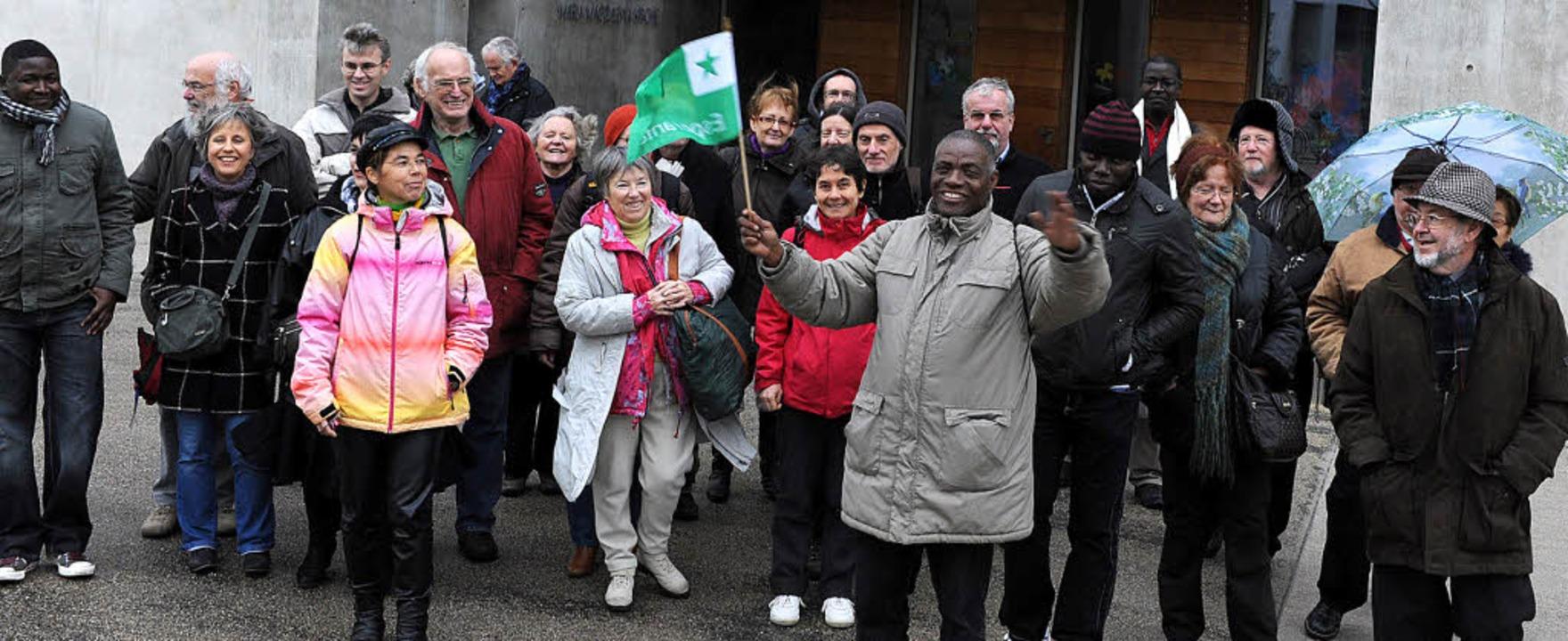 Die Esperanto-Gruppe vor der Rieselfelder Maria-Magdalena-Kirche  | Foto: Rita Eggstein