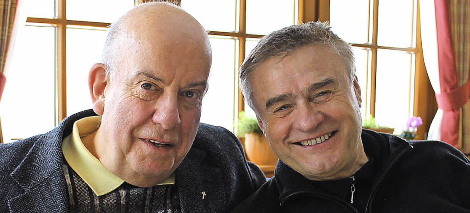 Padre Jozé (links) freut sich über die... St. Michael mit Pfarrer Ivan Hoyanic.  | Foto: Cornelia Liebwein