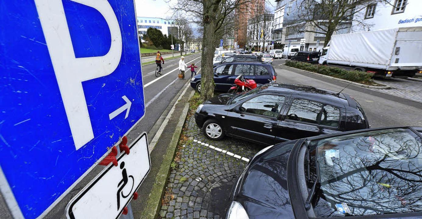 Die Behindertenparkplätze am Rotteckri...ichtslosen Nichtbehinderten blockiert.  | Foto: Ingo Schneider