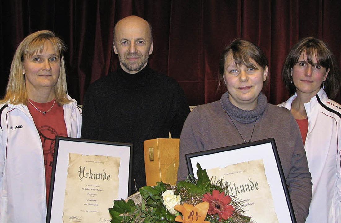 Vorsitzende Gitta Sachs-Nesselbosch eh...r gratulierte den beiden (von links).   | Foto: Bode