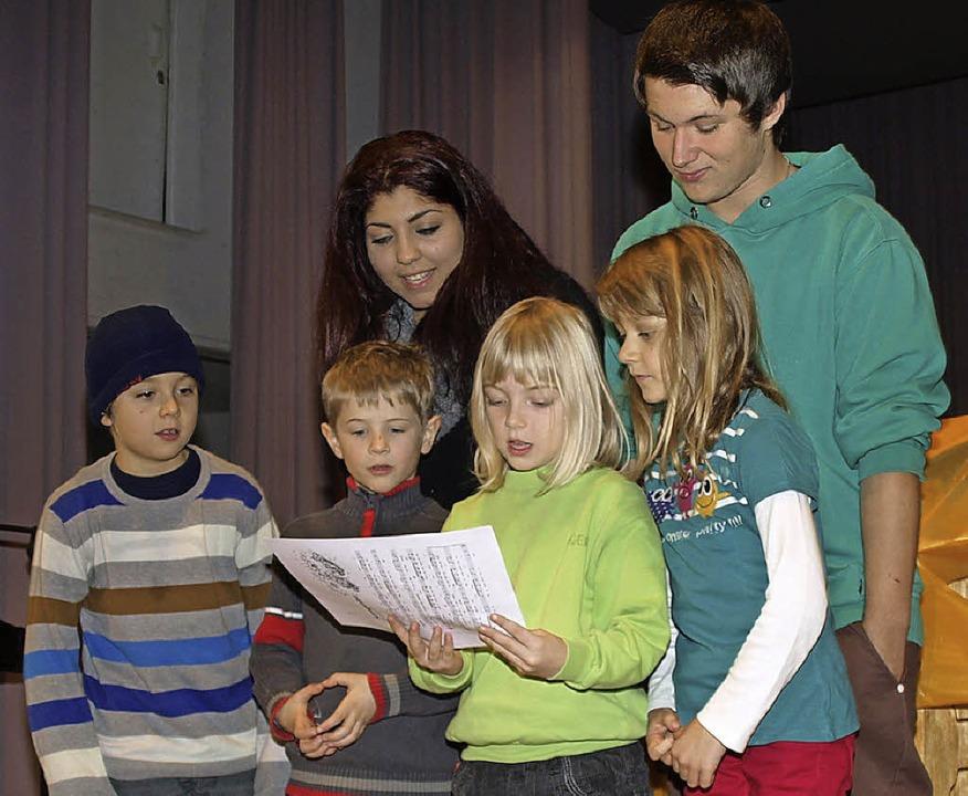 Groß und klein gemeinsam im Schulallta...nkindern beim Weihnachtsliedersingen.     Foto: Marion Pfordt