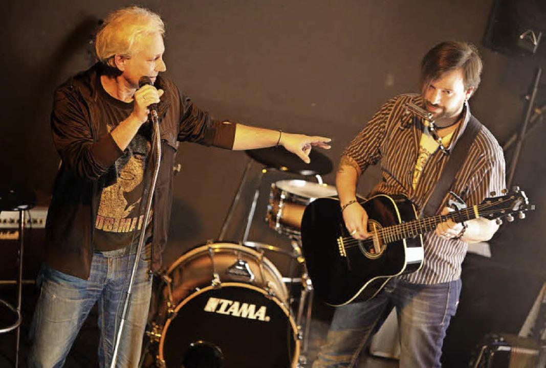 Henning Lehmann (links) verhalf dem Pu...Gitarristen T. Bo Gawer aus Ettenheim.  | Foto: Christoph Breithaupt