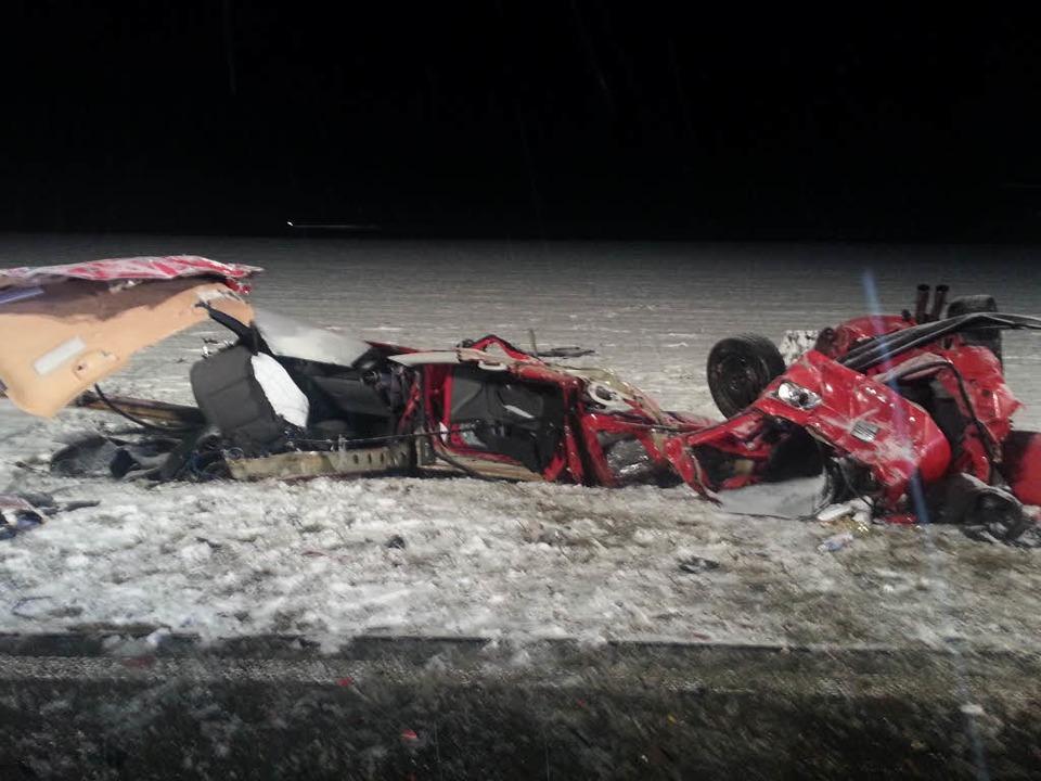 Nach dem Unfall ist der Kleinwagen nicht mehr zu erkennen.    Foto: kamera24.tv
