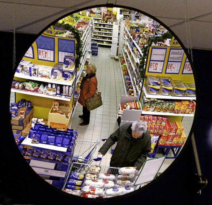 Ungefähr 18000 Artikel finden Verbrauc...m der 1500 Edeka-Märkte im Südwesten.   | Foto: dpa/gräber/Edeka