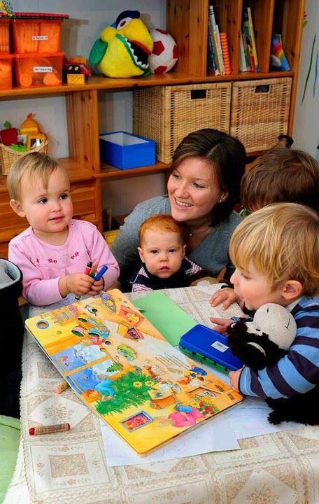 Tanja Muser mit vier ihrer Tageskinder...Raphael (2) und Yannis (2, von links)   | Foto: Thomas Kunz