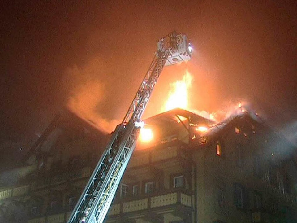 Hoch schlugen   in der Nacht vom 27. a...mber 2012 die Flammen aus dem Altbau.   | Foto: Kamera 24