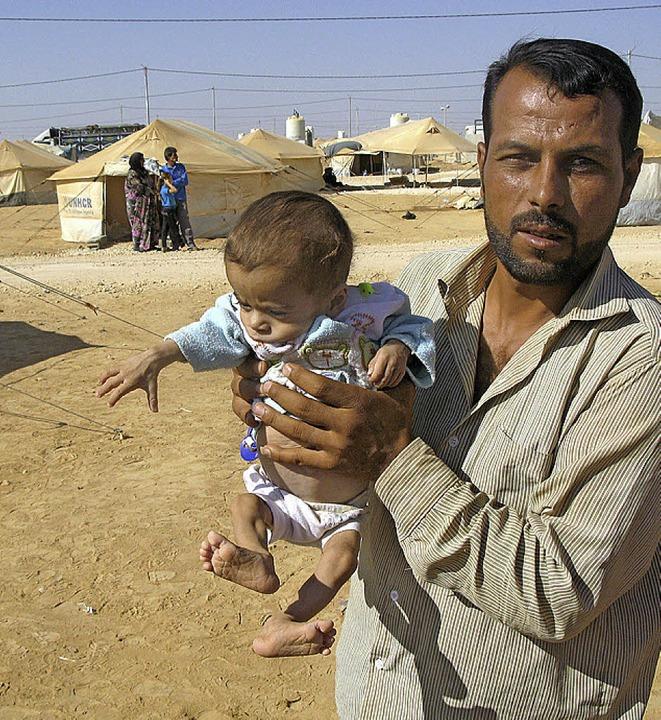 Dieser Mann aus  Aleppo ist mit seinem kleinen Sohn nach Jordanien geflohen.  | Foto: DPA