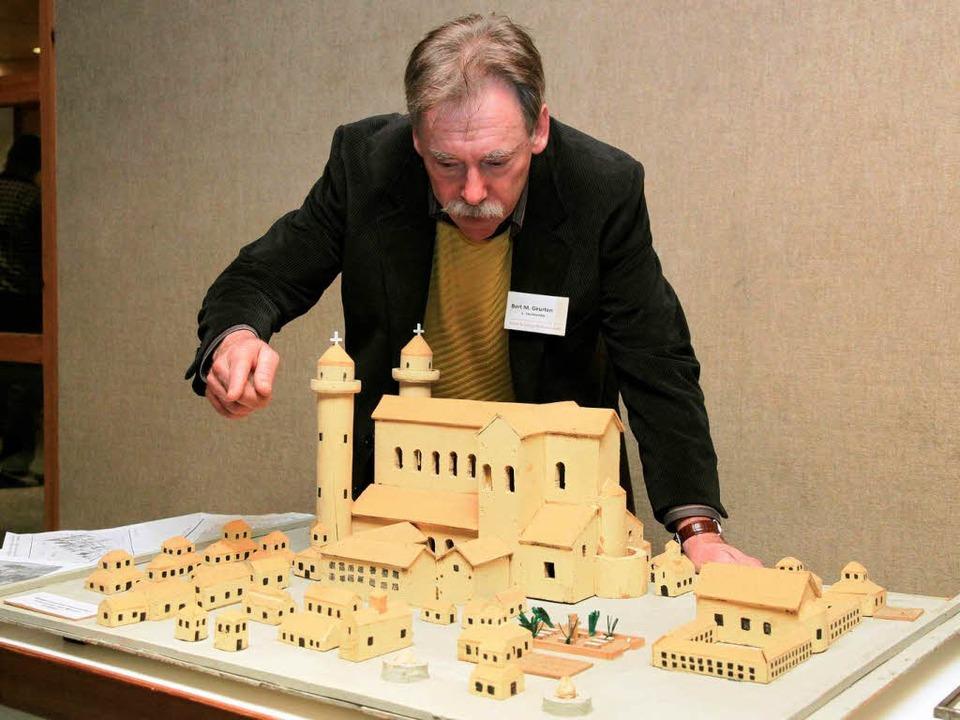 Bert Geurten, Vorsitzender des Vereins...gische Klosterstadt, zeigt das Modell.  | Foto: dpa