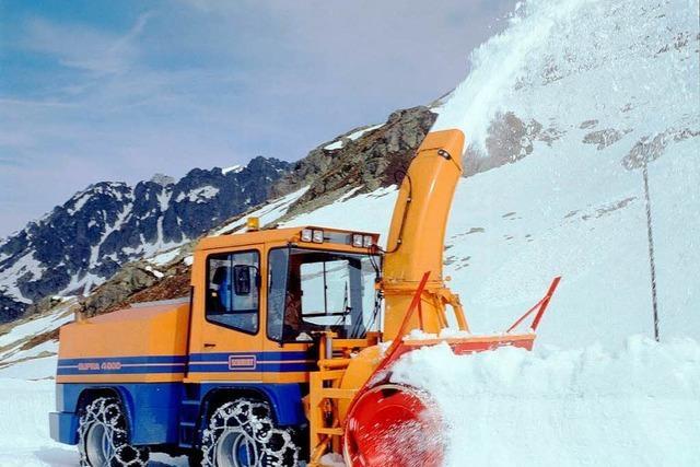 Laster transportieren Schnee vom Feldberg nach Schonach