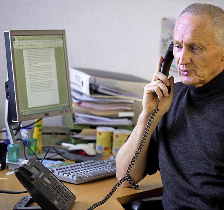 Der Therapeut Krischan Johannsen am Telefon der Stuttgarter Telefonseelsorge   | Foto: dpa