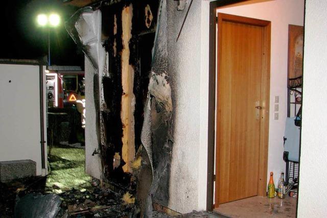 Feuer in Neujahrsnacht greift auf Fassade über: Familie muss ihr Haus verlassen