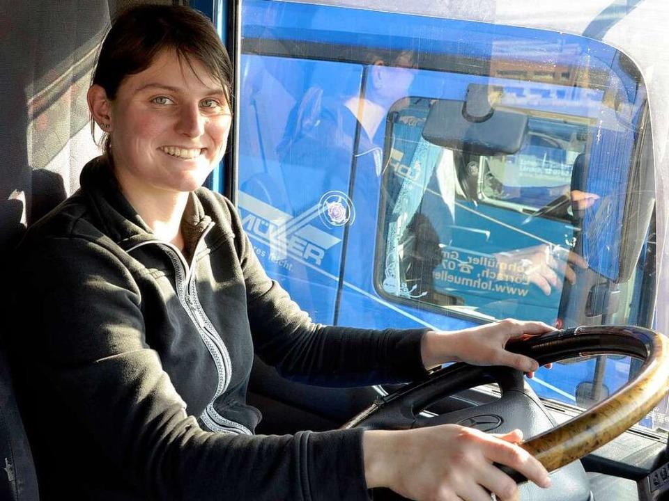 Die Lörracherin Marcella Hugenschmidt ...motorisierten Kolossen  und am Steuer   | Foto: Nadine Zeller