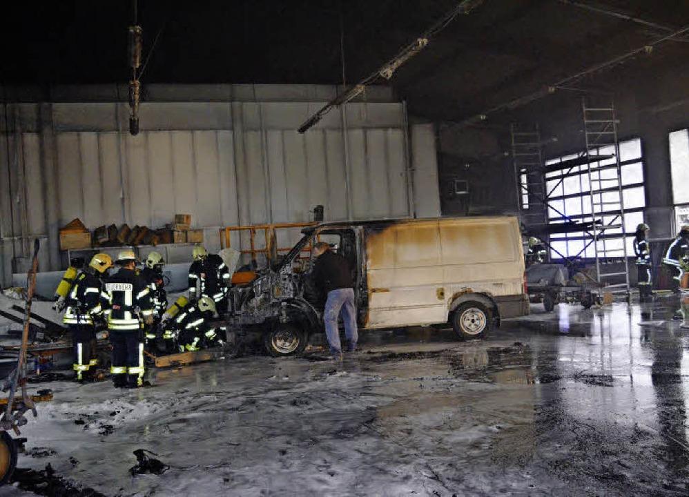 Kurz nach dem Brand: Blick in stark be...iebshalle der Firma Becherer in Winden  | Foto: Nikolaus Bayer