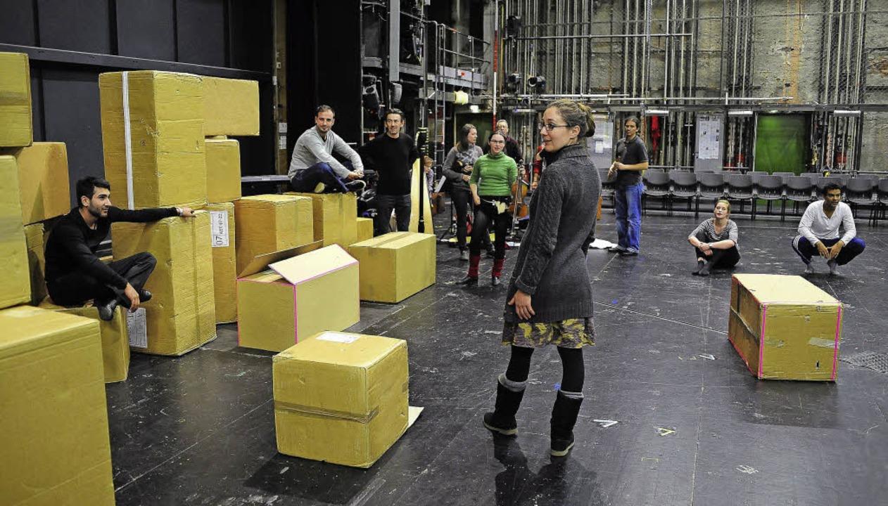 Regisseurin Thalia Schuster (vorne) un...r  Jugendlichen bei der  Theaterprobe.  | Foto: Thomas Kunz
