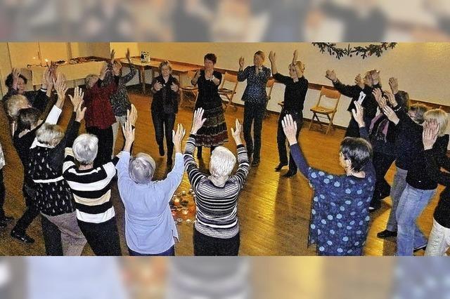 Viele Frauen tanzen die Frohe Botschaft