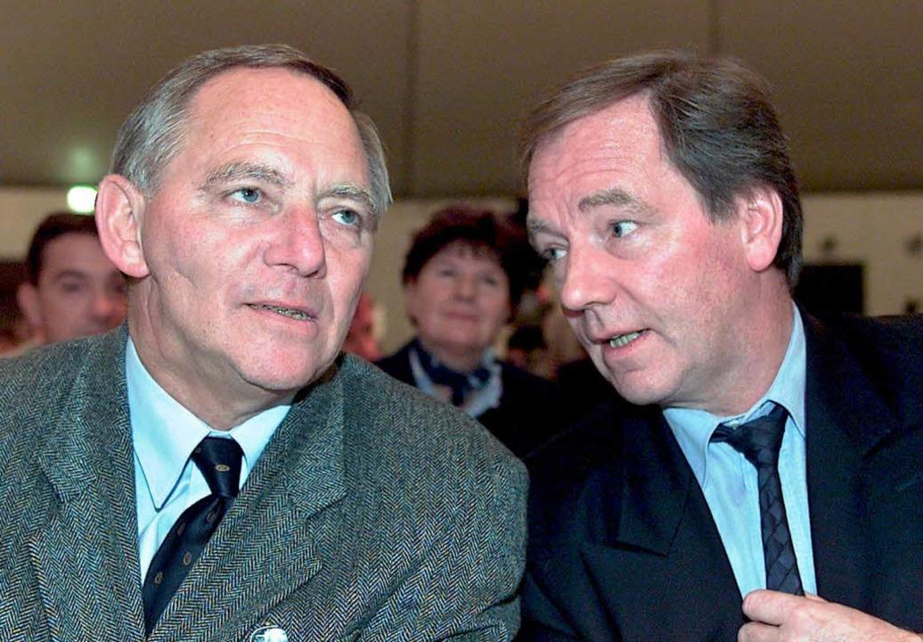 Wolfgang und Thomas Schäuble 2001 beim Landesparteitag der CDU in Rust.  | Foto: dapd