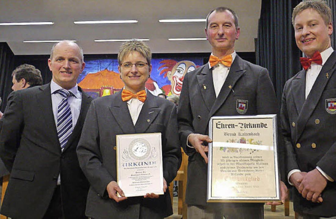 Martin Drayer (links) aus Glottertal ü...rle ernannte sie zu Ehrenmitgliedern.     Foto: Eberhard Weiss