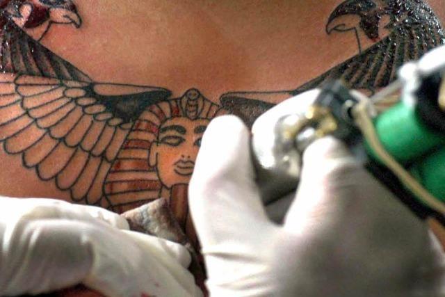 Streit um Tattoo führt zu Massenkeilerei mit zwei Verletzten